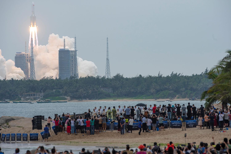 2021年4月29日,沙灘上的人們觀看火箭升空。(路透社)