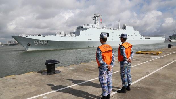中国军舰离开广东湛江港口前往吉布提。(法新社)