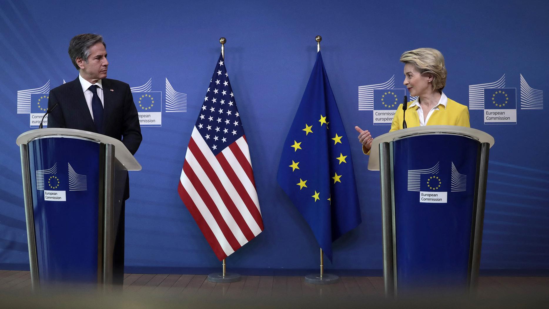 美國國務卿布林肯訪問歐洲,右爲歐盟執委會主席馮德萊恩(Ursula von der Leyen)。(AFP)