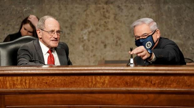 美国联邦参议院外交委员会通过《2021年战略竞争法案》,法案是由民主党参议员梅内德斯(右)及共和党首席议员里施(左)共同提出。(AFP)