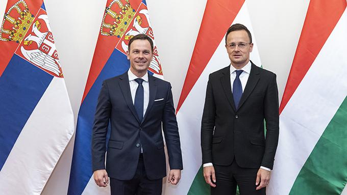 塞尔维亚与匈牙利两国国旗和官员。有报告认为,两国已不再是民主国家。(美联社)