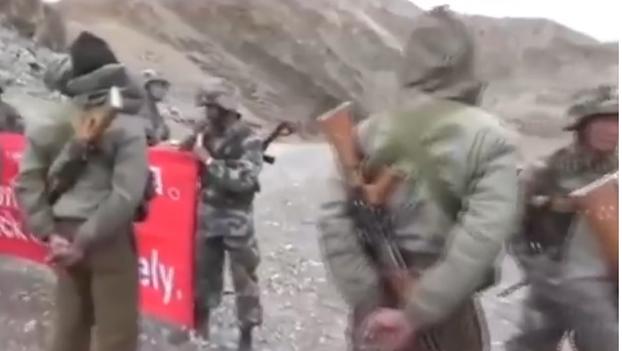 在中印边界对峙的两国军人(视频截图)