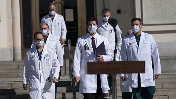 2020年10月5日,白宫医疗团队在医院外向记者们报告特朗普的身体情况。(美联社)