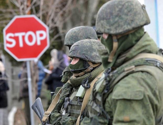 """资料图片:2014年3月,克里米亚正式""""脱乌入俄""""。图为进入克里米亚半岛的俄国士兵。(法新社)"""
