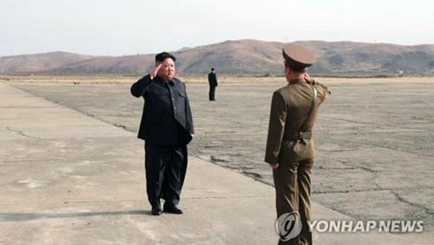 韩军联合参谋本部有关人士19日在国防部例行记者会上表示,朝鲜国务委员会委员长金正恩日前参观并指导试射的新型战术制导武器是地对地制导武器,而非弹道导弹。(韩联社)