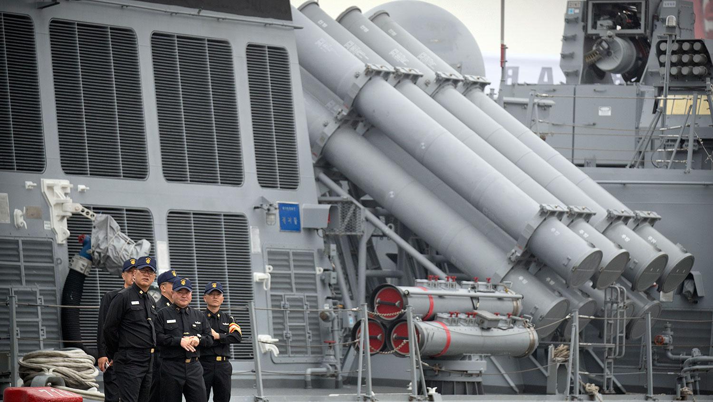 """有11个国家派出的军舰已经抵达青岛,参加中国海军成立70周年的庆祝活动。图为2019年4月21日,韩国海军官员站在韩国护卫舰""""京畿""""号。(美联社)"""