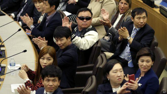 资料图片:2015年4月30日,联合国纽约总部举行的会议中,朝鲜官员离场时,会议中谈论朝鲜人权问题的众多脱北者鼓起了掌。(美联社)