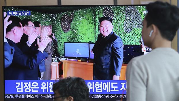 2019年5月4日,韩国首尔火车站电视屏幕中播报朝鲜领导人金正恩观察发射的实况。(美联社)