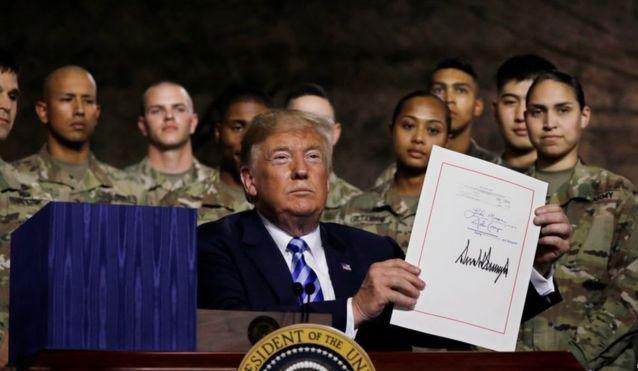 2018年8月13日,美国总统特朗普在纽约州的德拉姆堡军事基地签署《2019年度国防授权法案》 。(路透社)