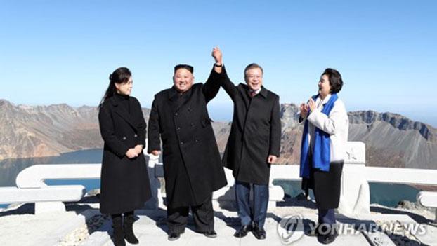 韩朝领导人结伴登顶中国白头山
