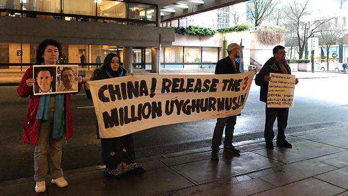法庭外有民众声援维吾尔族。(柳飞拍摄)