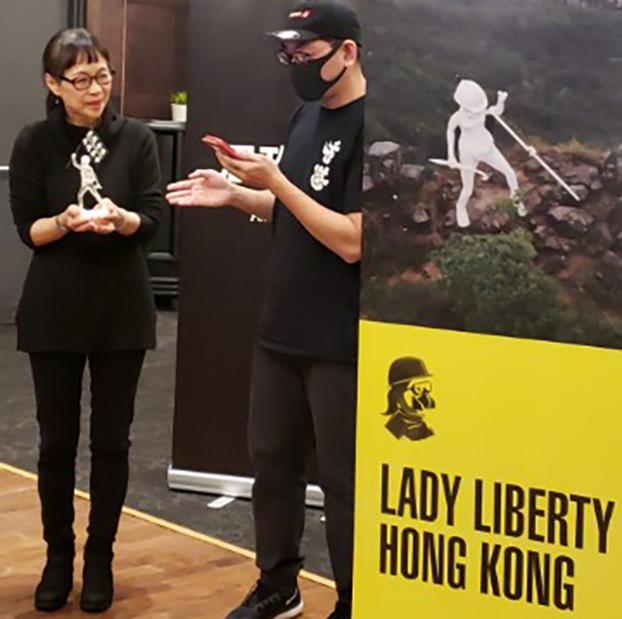 加拿大香港联盟致赠香港民主女神像给谭竞嫦(左),感谢她为香港民主所做的努力。(柳飞拍摄)