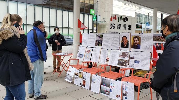 温哥华街头许多人关注被中国拘捕的两名加拿大人  (柳飞拍摄)