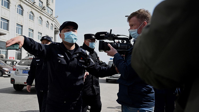 2021年3月19日,辽宁省丹东市中级人民法院法庭内对被羁押两年多的斯帕弗进行审讯。(法新社)