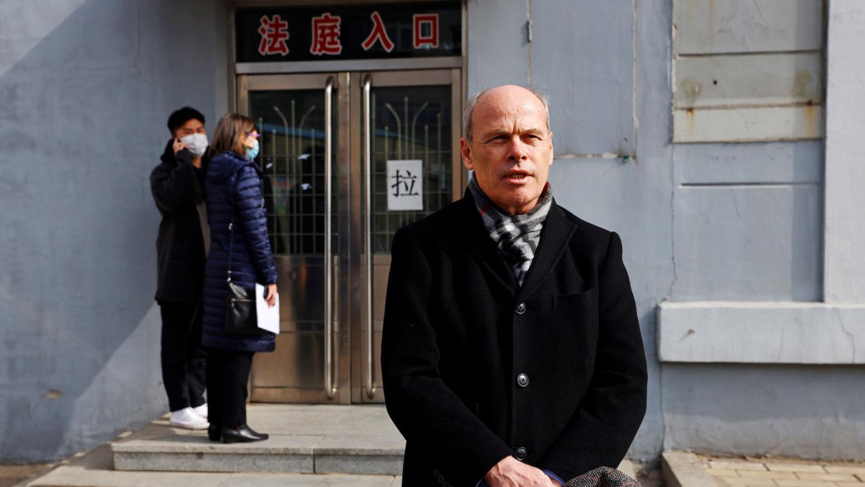 2021年3月19日,加拿大驻中国领事官员吉姆·尼克尔(Jim Nickel)只能站在法庭外,他说经过多日沟通,领事官员仍然无法入场旁听。(路透社)