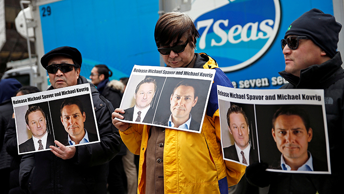 资料图片:2019年3月6日,加拿大民众在温哥华法庭外要求中国释放其拘留的加拿大公民康明凯(Michael Kovrig)和斯帕弗(Michael Spacor)。(路透社)