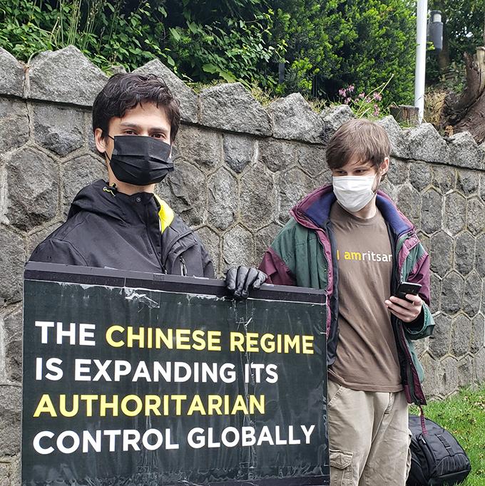 示威发起人李汉柏(左)谴责中国干预影响加拿大事务 (记者柳飞拍摄)
