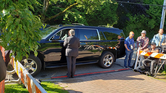 2020年5月27日,保安人员一早就将接载孟晚舟前往法院的汽车停在孟晚舟的住宅外。 (柳飞拍摄)