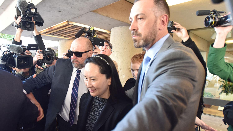 资料图片:2019年5月8日,孟晚舟出庭后离开不列颠哥伦比亚省最高法院。(法新社)