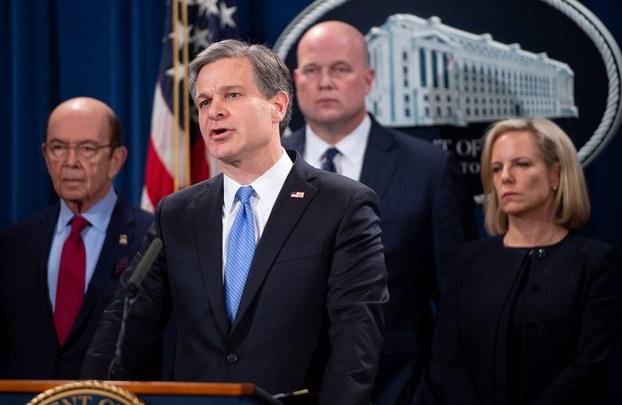 资料图片:2019年1月28日,联邦调查局局长克里斯托弗·雷(前排中 )与美国代理司法部长惠特克(第二排右),国土安全部部长克丝珍·尼尔森(右)以及商务部长商务部长罗斯(左)在美国司法部举行联合新闻发布会,宣布对华为提出23项刑事起诉。并正式要求引渡在加拿大处于保外的中国华为首席财务官孟晚舟。(AFP)