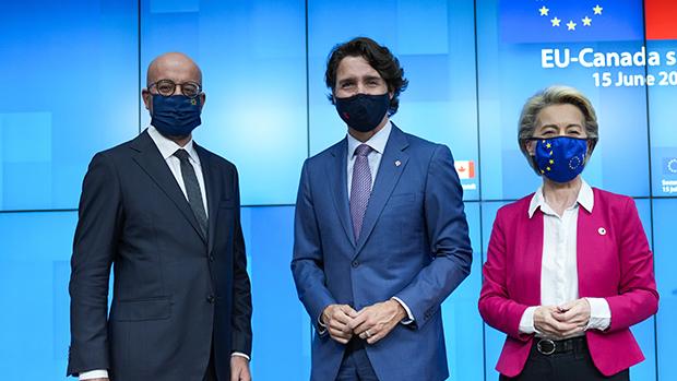 加拿大总理特鲁多(中)与欧盟委员会主席冯德莱恩(Ursula von der Leyen)(右)、欧洲理事会主席米歇尔(左)联合举行记者会(美联社)