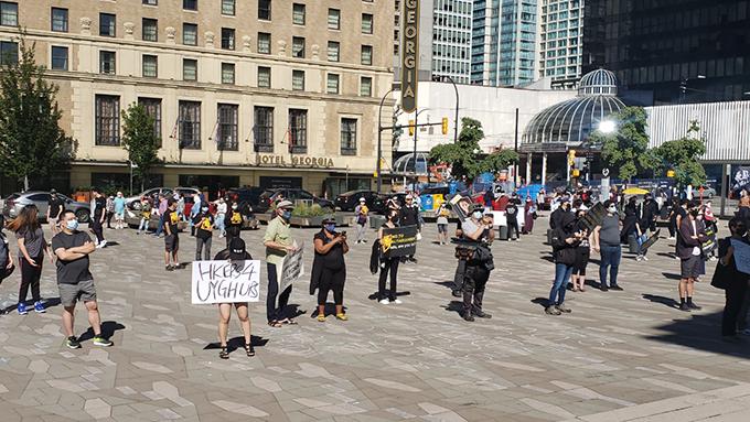 约两百人在温哥华市中心举行集会,抗议中共镇暴新疆,欺压西藏和香港。(记者柳飞 摄影)
