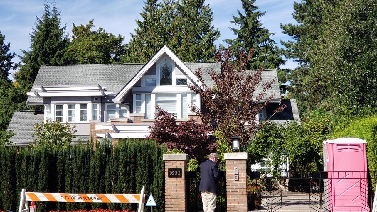 孟晚舟周五早上离开温哥华豪宅后,全权交由保安和管家打点后续一切。    (记者柳飞拍摄)