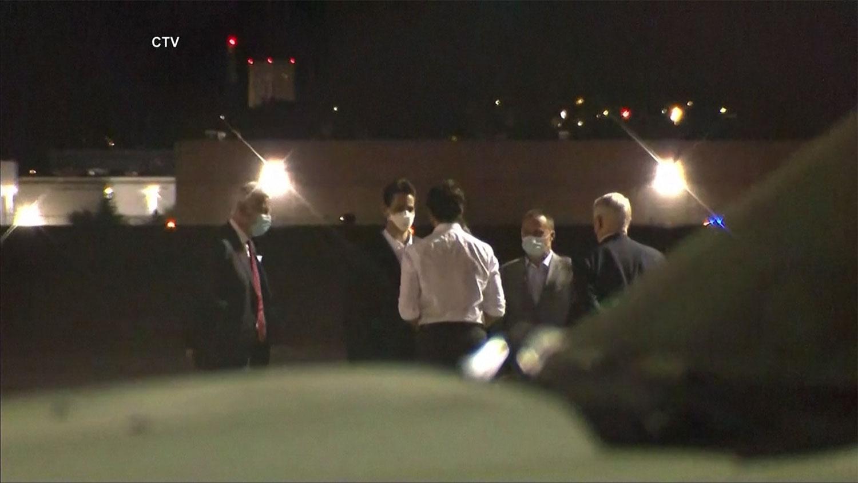 康明凯和斯帕弗在加拿大驻华大使鲍达明(Dominica Barton)陪伴下所搭乘的加拿大军用客机于周六清晨顺利抵达卡尔加里市,加拿大总理特鲁多亲自到机场欢迎两人平安归来。(路透社视频截图)