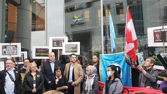 民众在温哥华市中心举标语呼口号反对中国介入加拿大国内政治(记者柳飞摄影)