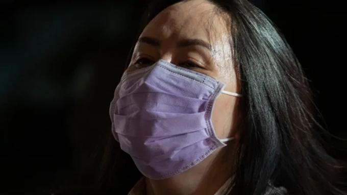 孟晚舟戴的口罩右下角有台湾制造字样(CBC视频截图)