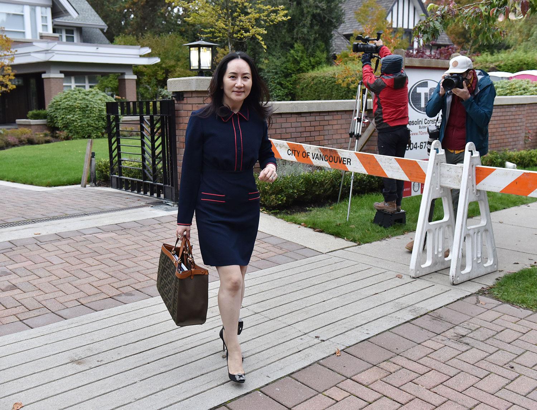 2020年10月27日,孟晚舟离开温哥华家,加拿大不列颠哥伦比亚省高等法院再次出庭。(AFP)