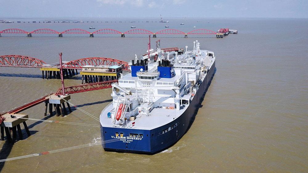 """资料图片:2018年7月,俄罗斯""""弗拉基米尔·鲁萨诺夫""""号和""""爱德华·托尔""""号两艘Arc7冰级液化天然气(LNG)油轮已经往中国运送首批两批""""亚马尔液化气""""。两艘油轮首次独立穿越北方海路东线航行,9天内按期到达。(AFP)"""