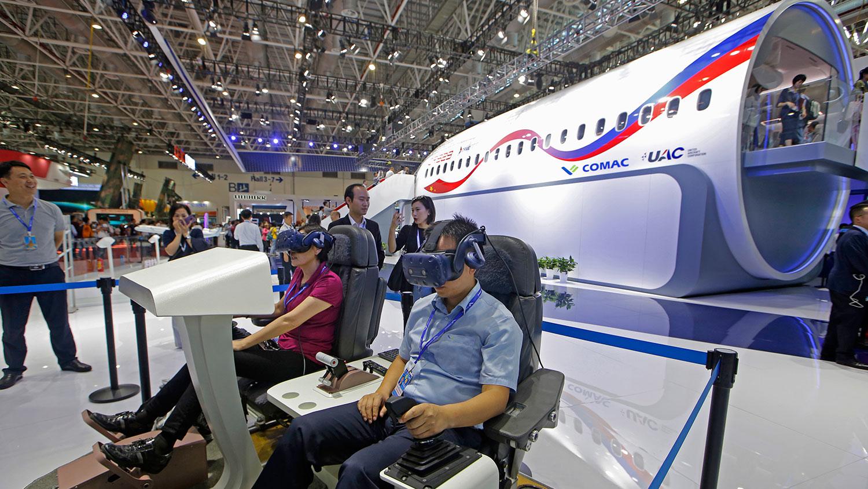 2018年11月6日,CR929远程宽体客机1:1展示样机在珠海航展对外展出,包括驾驶舱、头等舱、公务舱、经济舱等。  (美联社)