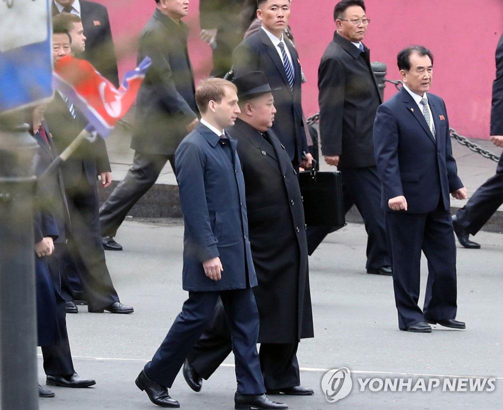 金正恩(左二)抵达符拉迪沃斯托克。(韩联社)