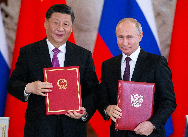 2019年6月5日,中国国家主席习近平在莫斯科克里姆林宫同俄罗斯总统普京会谈后,共同签署《中华人民共和国和俄罗斯联邦关于发展新时代全面战略协作伙伴关系的联合声明》、《中华人民共和国和俄罗斯联邦关于加强当代全球战略稳定的联合声明》,并见证多项双边合作文件的签署。(美联社)