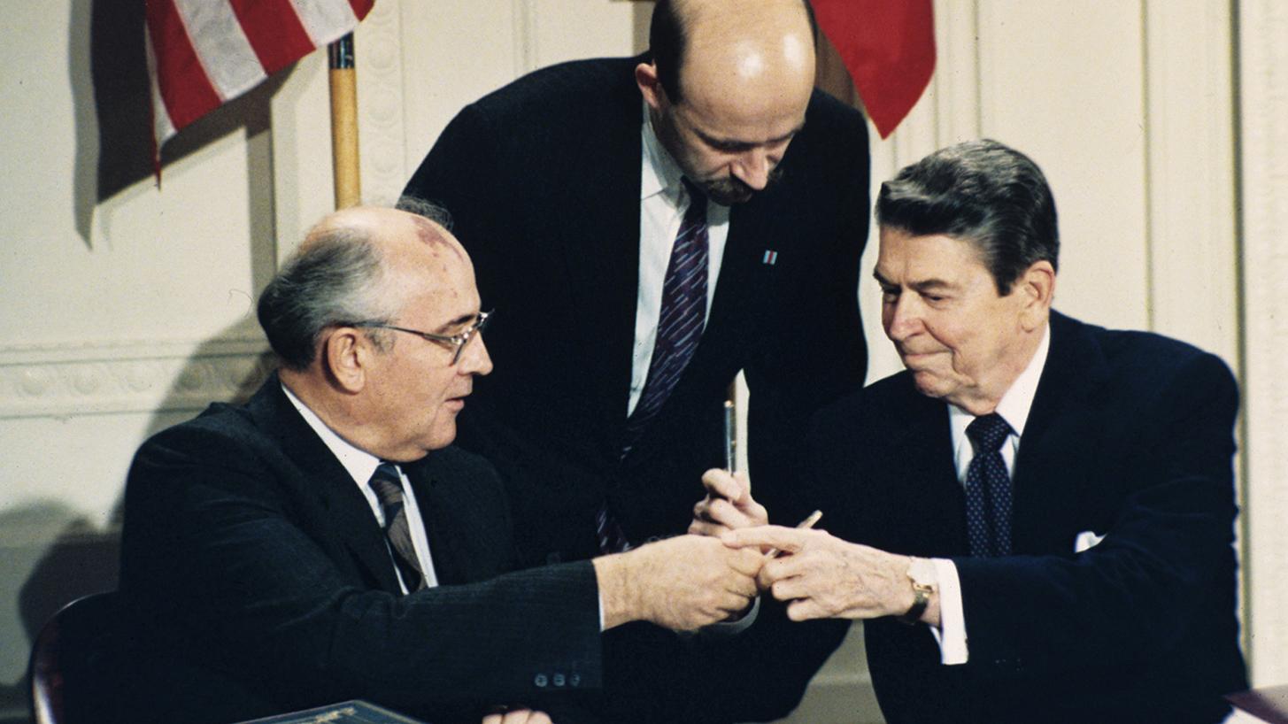 前苏联总统戈尔巴乔夫(左)和美国前总统里根(右)当年签署《中程导弹条约》。(美联社)