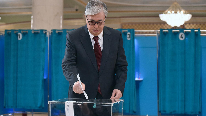 2019年6月9日,哈萨克斯坦举行总统选举,现任总统托卡耶夫在首都努尔苏丹投票站投票。(法新社)