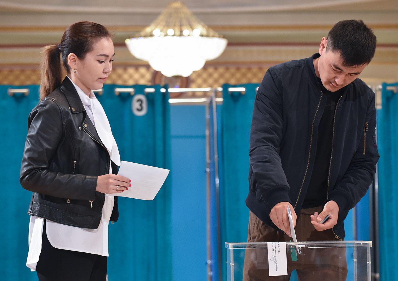 2019年6月9日,哈萨克斯坦举行总统选举,选民在首都努尔苏丹投票站投票。(法新社)