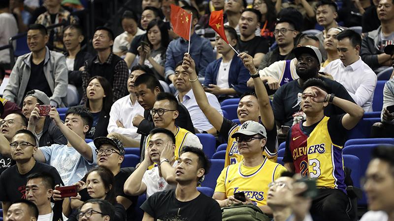 觀衆正在觀看NBA上海賽2019(美聯社)