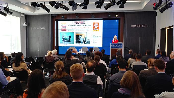 国际科技创新问题专家, 丽贝卡.范宁 (Rebecca Fannin) 10月10日在美国智库布鲁金斯学会介绍她有关中国科技发展的新书《中国的科技巨擘》 (Tech Titans of China) (记者希望摄影)