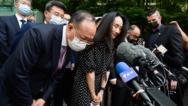 2021年9月24日,加拿大温哥华,华为首席财务官孟晚舟参加听证会后对媒体发表讲话。路透社图片