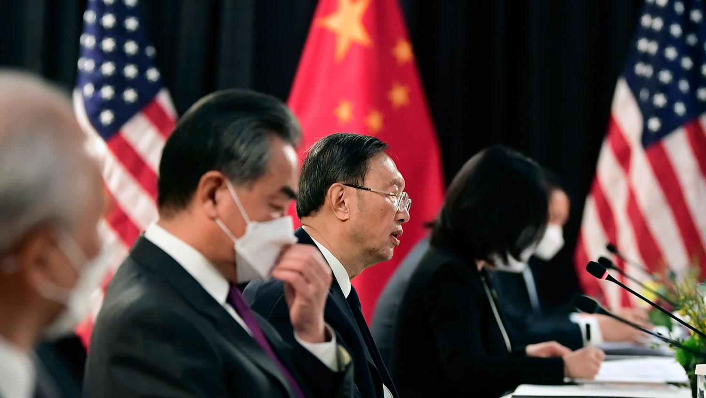 2021年3月18日,中共中央外事办公室主任杨洁篪(中)和中国外长王毅在阿拉斯加美中高层会谈上。(美联社)