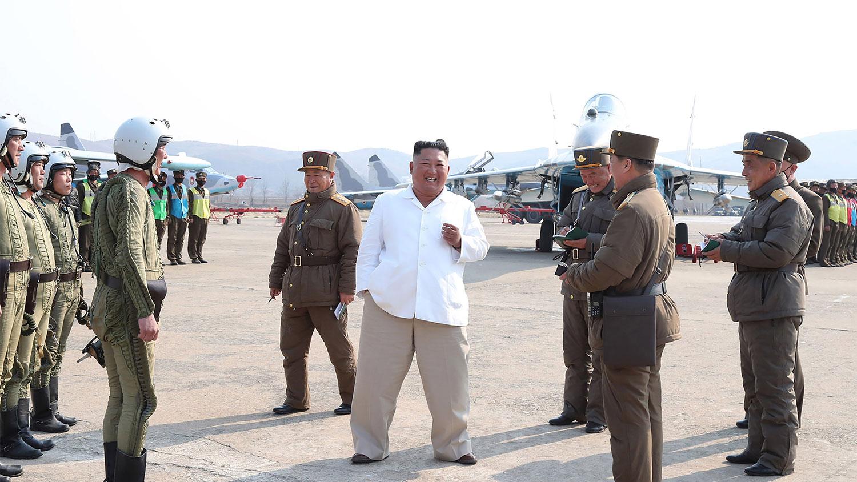 资料图片:图为朝中社4月12日公开的朝鲜国务委员会委员长金正恩视察西部地区航空及防空军师团旗下的攻击联队的照片。(法新社)