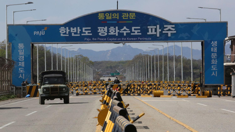 2020年4月21日,一辆韩国军用卡车越过统一桥,通向韩国坡州市非军事区的板门店。(美联社)