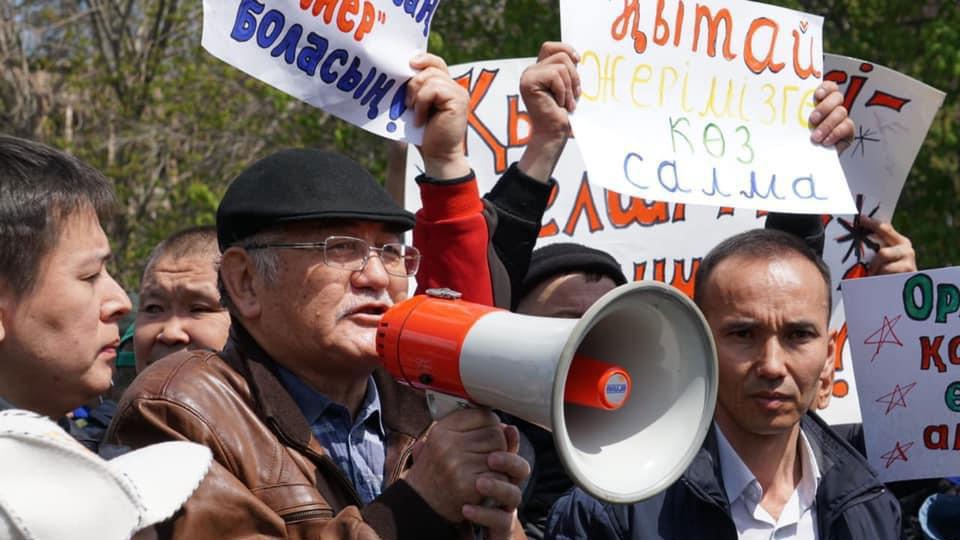 抗议者反对出租荒漠戈壁开发林业土地给外国人25年的条款。(哈萨克人提供/记者乔龙)