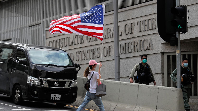 2020年7月4日,在美国驻香港领事馆外,示威者中举着美国国旗以纪念美国独立日。(美联社)