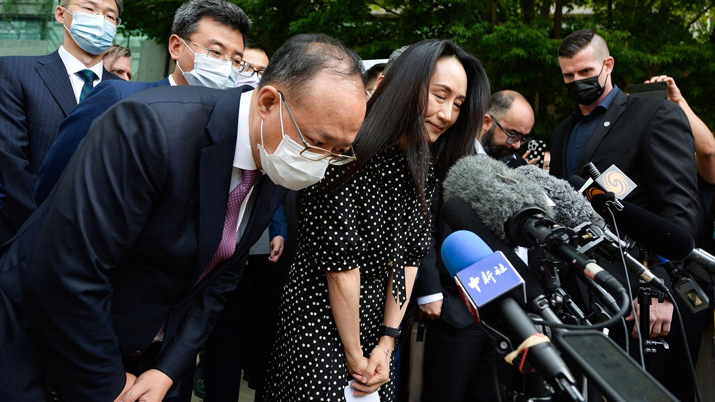 2021年9月24日,加拿大温哥华,华为首席财务官孟晚舟参加听证会后对媒体发表讲话。(路透社)