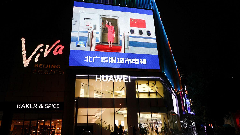 2021 年 9 月 26 日,北京华为商店顶部的大屏幕显示中央电视台播放华为技术首席财务官孟晚舟。(路透社)