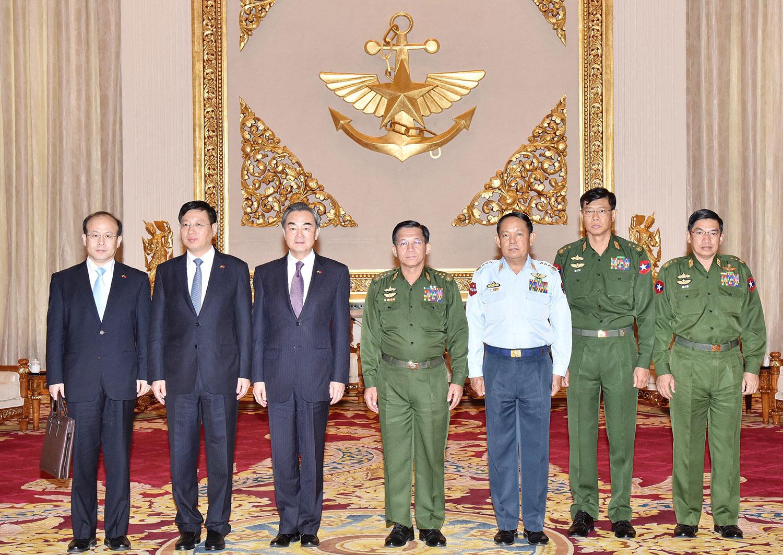 2016年4月6日,图片显示在内比都军事总部举行的一次会议上,缅甸国防军总司令敏昂莱(中)和中国外交部长王毅。(法新社)