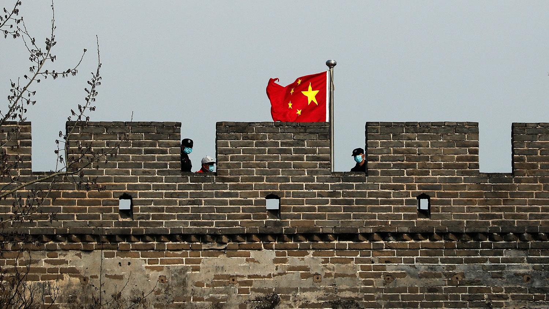 报告并以中国处理疫情不力作引子,全面抨击中共掠夺性的经济政策、传播假资讯、侵犯人权、知识产权等。图为,2020年3月24日,戴着防护口罩的保安人员在八达岭长城上。(美联社)